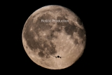 Aufnahme mit Flugzeug vor dem Mond