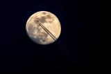 Mond mit Flugzeug mit Skywatcher 102/500 + Canon 6D Kamera