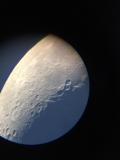 Mond durch das Teleskop Skywatcher Evostar-90 mit dem Smartphone